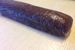 Шоколадная колбаска в пищевой пленке