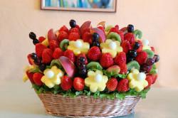 Фрукты и ягоды в дополнение к фонтану