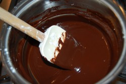 Помешивание шоколадной глазури на медленном огне