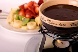 Растопленный шоколад для приготовления клубники