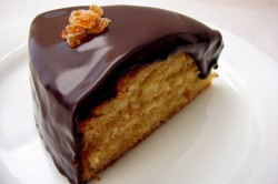 Бисквитный торт с шоколадной глазурью в разрезе