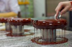 Покрытие выпечки шоколадной глазурью