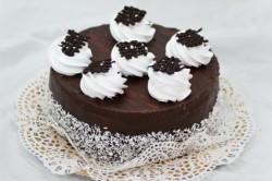 Украшение торта глазурью из сливок и шоколада