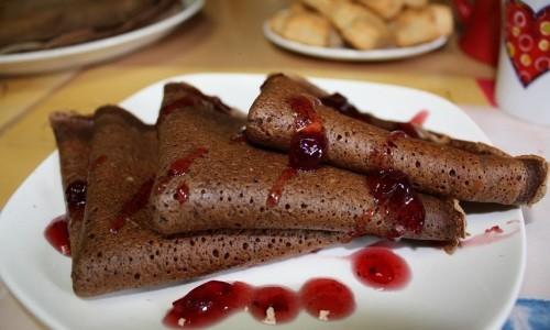 Шоколадные блинчики со сладкой начинкой
