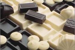 Выбор между белым и черным шоколадом