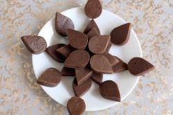 Десерт из шоколада в форме лепестков
