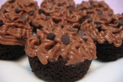 Шоколадные капкейки с ореховым кремом
