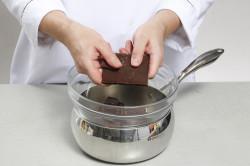 Разламывание шоколада на кусочки перед топлением