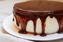 Торт-суфле с белым шоколадом и темной глазурью