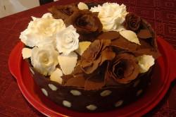 Торт, украшенный шоколадными розами