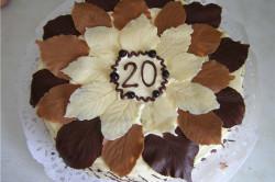 Торт, украшенный шоколадными листьями