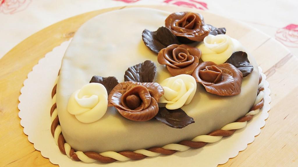 Декорированный шоколадными розами торт
