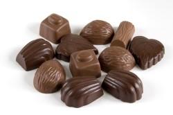 Что можно сделать к праздничному столу из шоколадных конфет?