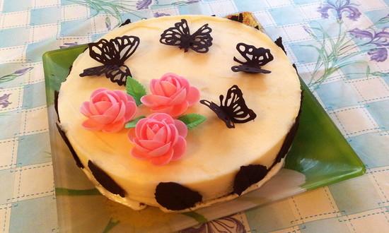 Торт с шоколадными бабочками