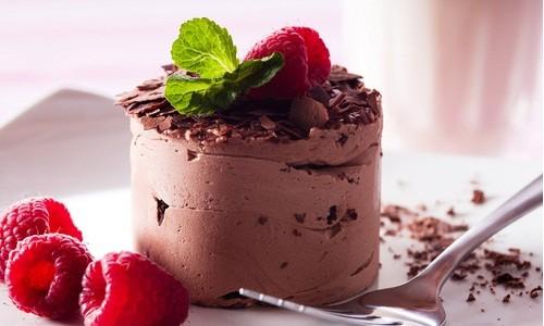 Вкусный шоколадный десерт с малиной и мятой